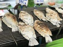 Ταϊλανδικά τρόφιμα, ψημένα στη σχάρα ψάρια με το αλάτι στοκ εικόνες