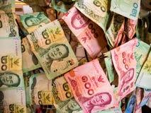 Ταϊλανδικά χρήματα που δίνονται από τους ανθρώπους, που κρεμούν επάνω σε έναν ναό, Β Στοκ φωτογραφία με δικαίωμα ελεύθερης χρήσης