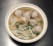 Ταϊλανδικά noodles με τις σφαίρες χοιρινού κρέατος Στοκ εικόνες με δικαίωμα ελεύθερης χρήσης