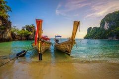 Ταϊλανδικές βάρκες longtail που σταθμεύουν στο Koh νησί της Hong στην Ταϊλάνδη στοκ εικόνες με δικαίωμα ελεύθερης χρήσης