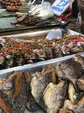 Ταϊλανδική αγορά νύχτας με τα εθνικά τρόφιμα: τηγανισμένα ψάρια, σούσια, γλυκά ρυζιού, οβελίδια, σούσια, θαλασσινά στοκ εικόνα με δικαίωμα ελεύθερης χρήσης