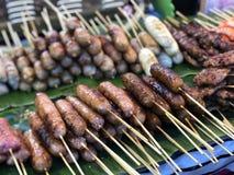 Ταϊλανδική αγορά νύχτας με τα εθνικά τρόφιμα: τηγανισμένα ψάρια, σούσια, γλυκά ρυζιού, οβελίδια, σούσια, θαλασσινά στοκ φωτογραφία με δικαίωμα ελεύθερης χρήσης
