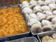 Ταϊλανδική αγορά νύχτας με τα εθνικά τρόφιμα: τηγανισμένα ψάρια, σούσια, γλυκά ρυζιού, οβελίδια, σούσια, θαλασσινά στοκ φωτογραφίες με δικαίωμα ελεύθερης χρήσης