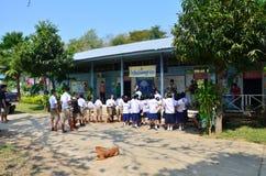 Ταϊλανδική διάταξη σπουδαστών παιδιών στο μέτωπο του κτηρίου τάξεων στοκ εικόνες