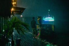 Ταϊλανδική εθνική βάρκα που δένεται στην αποβάθρα στοκ εικόνες