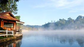 Ταϊλανδική λίμνη Rak απαγόρευσης στην επαρχία γιων της Mae Hong, Ταϊλάνδη στοκ εικόνα με δικαίωμα ελεύθερης χρήσης