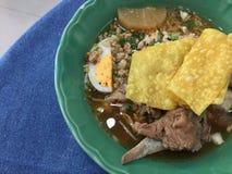 Ταϊλανδική ομελέτα που μαγειρεύεται με το χοιρινό κρέας, το κρεμμύδι ανοίξεων και τη σάλτσα ψαριών Στοκ Εικόνες