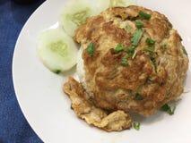 Ταϊλανδική ομελέτα που μαγειρεύεται με το χοιρινό κρέας, το κρεμμύδι ανοίξεων και τη σάλτσα ψαριών Στοκ εικόνες με δικαίωμα ελεύθερης χρήσης