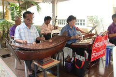Ταϊλανδική ορχήστρα που παίζει τα παραδοσιακά ταϊλανδικά μουσικά όργανα στοκ φωτογραφίες με δικαίωμα ελεύθερης χρήσης