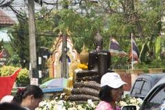 Ταϊλανδική παράδοση που λούζει το άγαλμα του Βούδα στοκ εικόνες με δικαίωμα ελεύθερης χρήσης