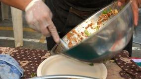 Ταϊλανδική πικάντικη σαλάτα θαλασσινών με τις γαρίδες, το καλαμάρι, το καβούρι και το χορτάρι στα τρόφιμα οδών στην Ταϊλάνδη απόθεμα βίντεο