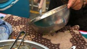 Ταϊλανδική πικάντικη σαλάτα θαλασσινών με τις γαρίδες, το καλαμάρι, το καβούρι και το χορτάρι στα τρόφιμα οδών απόθεμα βίντεο