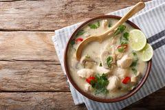 Ταϊλανδική tom σούπας κοτόπουλου κινηματογράφηση σε πρώτο πλάνο gai kha σε ένα κύπελλο οριζόντια κορυφή στοκ φωτογραφίες