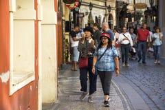 Ταϊλανδικοί γυναίκες και ταξιδιωτικοί λαοί που περπατούν και επίσκεψη και που ψωνίζουν στη μικρή αλέα Στοκ Φωτογραφία
