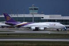 Ταϊλανδικοί εναέριοι διάδρομοι που μετακινούνται με ταξί στον αερολιμένα του Μόναχου, MUC, πλάγια όψη στοκ εικόνες