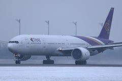 Ταϊλανδικοί εναέριοι διάδρομοι που μετακινούνται με ταξί στον αερολιμένα του Μόναχου, MUC, χιόνι στο διάδρομο στοκ εικόνα με δικαίωμα ελεύθερης χρήσης