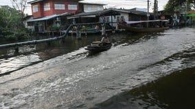 Ταϊλανδικοί λαοί που κωπηλατούν και που οδηγούν την ξύλινη βάρκα στο μικρό κανάλι στη Μπανγκόκ, Ταϊλάνδη φιλμ μικρού μήκους