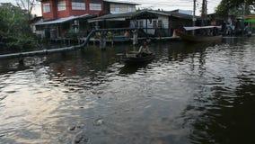 Ταϊλανδικοί λαοί που κωπηλατούν και που οδηγούν την ξύλινη βάρκα στο μικρό κανάλι στη Μπανγκόκ, Ταϊλάνδη απόθεμα βίντεο