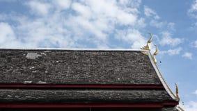 Ταϊλανδικοί παλαιοί στέγη και μπλε ουρανός ναών Στοκ Εικόνα