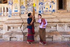 Ταϊλανδικός βορειοανατολικός παραδοσιακός χορός με τη μουσική Στοκ Φωτογραφία