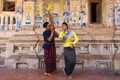 Ταϊλανδικός βορειοανατολικός παραδοσιακός χορός με τη μουσική Στοκ εικόνα με δικαίωμα ελεύθερης χρήσης