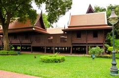 ταϊλανδικός παραδοσιακός ξύλινος ύφους σπιτιών Στοκ εικόνες με δικαίωμα ελεύθερης χρήσης