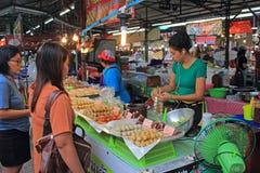 Ταϊλανδικός στάβλος τροφίμων, αγορά Σαββατοκύριακου, Phuket Στοκ Φωτογραφίες