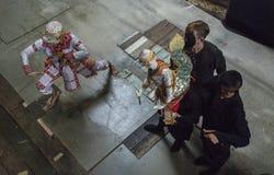 Ταϊλανδικός puppeteer λέει την ιστορία hanuman στοκ εικόνες