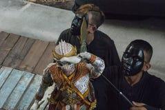 Ταϊλανδικός puppeteer λέει την ιστορία hanuman στοκ φωτογραφία