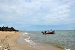 Ταϊλανδικό αλιευτικό σκάφος με τη μηχανή εν πλω από η παραλία που σταθμεύει στο ψαροχώρι Ταϊλάνδη Pattani στοκ φωτογραφία με δικαίωμα ελεύθερης χρήσης
