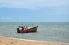 Ταϊλανδικό αλιευτικό σκάφος με τη μηχανή εν πλω από η παραλία που σταθμεύει στο ψαροχώρι Ταϊλάνδη Pattani στοκ εικόνες