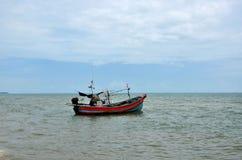 Ταϊλανδικό αλιευτικό σκάφος με τη μηχανή εν πλω από η παραλία που σταθμεύει στο ψαροχώρι Ταϊλάνδη Pattani στοκ εικόνα με δικαίωμα ελεύθερης χρήσης