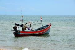 Ταϊλανδικό αλιευτικό σκάφος με τη μηχανή εν πλω από η παραλία που σταθμεύει στο ψαροχώρι Ταϊλάνδη Pattani στοκ εικόνα