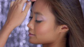 Ταϊλανδικό ασιατικό πρότυπο στο στούντιο με το ασημένια υπόβαθρο και το κόμμα disco βροχής makeup απόθεμα βίντεο