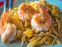 Ταϊλανδικό γρασίδι Goong μαξιλαριών ή τηγανισμένα ραβδιά ρυζιού με το ύφος τροφίμων Shrimp στοκ φωτογραφία με δικαίωμα ελεύθερης χρήσης