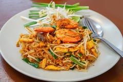 Ταϊλανδικό γρασίδι Goong μαξιλαριών σε ένα άσπρο πιάτο στοκ εικόνα