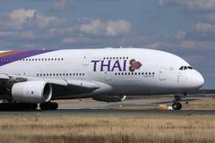 Ταϊλανδικό διεθνές να μετακινηθεί με ταξί εναέριων διαδρόμων στον αερολιμένα του Μόναχου, MUC στοκ φωτογραφία με δικαίωμα ελεύθερης χρήσης