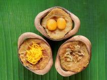Ταϊλανδικό επιδόρπιο πουτίγκας κρέμας καρύδων, στομάχι Gaeng, στο δοχείο αργίλου στο υπόβαθρο φύλλων μπανανών Στοκ εικόνες με δικαίωμα ελεύθερης χρήσης