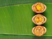 Ταϊλανδικό επιδόρπιο πουτίγκας κρέμας καρύδων, στομάχι Gaeng, στο δοχείο αργίλου στο υπόβαθρο φύλλων μπανανών Στοκ Εικόνα