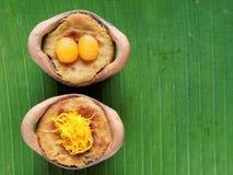 Ταϊλανδικό επιδόρπιο πουτίγκας κρέμας καρύδων, στομάχι Gaeng, στο δοχείο αργίλου στο υπόβαθρο φύλλων μπανανών Στοκ Φωτογραφία