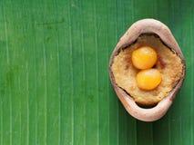 Ταϊλανδικό επιδόρπιο πουτίγκας κρέμας καρύδων, στομάχι Gaeng, στο δοχείο αργίλου στο υπόβαθρο φύλλων μπανανών Στοκ φωτογραφία με δικαίωμα ελεύθερης χρήσης