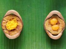 Ταϊλανδικό επιδόρπιο πουτίγκας κρέμας καρύδων, στομάχι Gaeng, στο δοχείο αργίλου στο υπόβαθρο φύλλων μπανανών Στοκ εικόνα με δικαίωμα ελεύθερης χρήσης
