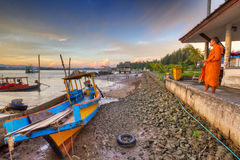 Ταϊλανδικό μοναχών στην ανατολή στο λιμάνι Στοκ φωτογραφίες με δικαίωμα ελεύθερης χρήσης
