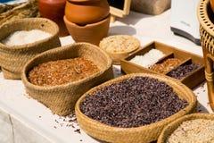 Ταϊλανδικό οργανικό κόκκινο jasmine ρύζι στο καλάθι ύφανσης στοκ εικόνα