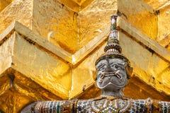 Ταϊλανδικό παλαιό γλυπτό, γιγαντιαίο γλυπτό από το επικό ποίημα Ramayana σε Wat Phra Keaw, ναός του σμαραγδένιου Βούδα, Μπανγκόκ στοκ εικόνες