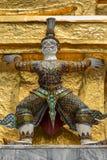 Ταϊλανδικό παλαιό γλυπτό, γιγαντιαίο γλυπτό από το επικό ποίημα Ramayana σε Wat Phra Keaw, ναός του σμαραγδένιου Βούδα, Μπανγκόκ στοκ φωτογραφίες