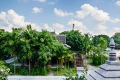 Ταϊλανδικό σπίτι ύφους που βρίσκεται μεταξύ πολλών πράσινων δέντρων Στοκ φωτογραφία με δικαίωμα ελεύθερης χρήσης