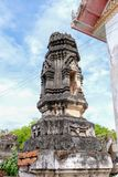 Ταϊλανδικό σχέδιο στόκων στην αρχαία παγόδα ή πλάγια όψη Prang με το μπλε ουρανό στοκ φωτογραφία με δικαίωμα ελεύθερης χρήσης