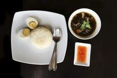 Ταϊλανδικό σύνολο μεσημεριανού γεύματος τροφίμων μαγειρευμένου ποδιού χοιρινού κρέατος στο ρύζι με το βρασμένο αυγό Στοκ Φωτογραφία