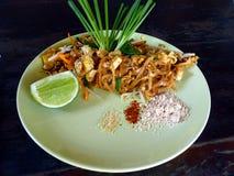 Ταϊλανδικό ταϊλανδικό τηγανισμένο ύφος νουντλς Phat στο πιάτο στοκ φωτογραφία